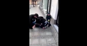 Полицаи с брутален арест на мъж без маска пред очите на детето му (ВИДЕО)
