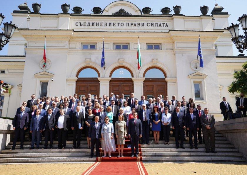 Гневен българин изригна срещу политиците: Ще трябва да влезем в Народното събрание и с яка дрянова тояга на голо по охранените им задници!