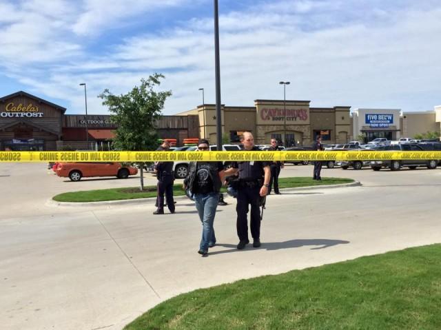 Politiet har afspærret hele indkøbsområdet omkring restauranten Twin Peaks, hvor ni personer blev dræbt under et rockeropgør. Foto: Waco Police Department.