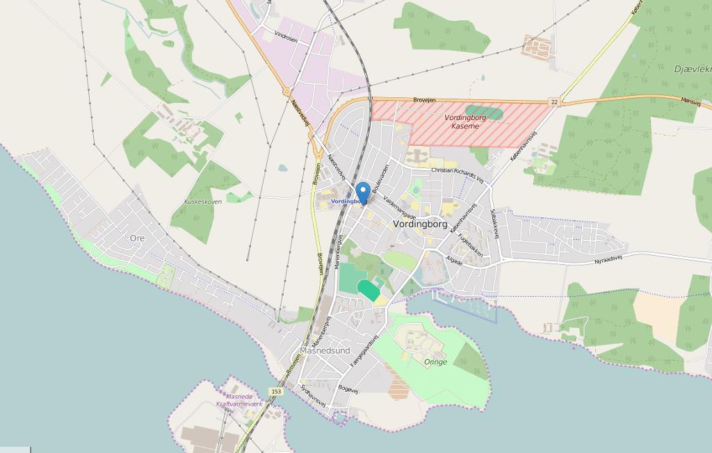 Det var på stien nord for den katolske kirke ved Christian Winthersvej i Vordingborg, at en 21-årig kvinde blev passet op af en pistolbevæbnet mand. Kort: © OpenStreetMap-bidragsydere