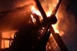 Gammel træmølle i flammer – branden kan være påsat