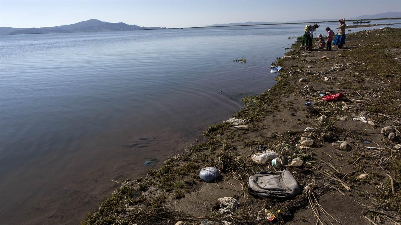 Lago Titicaca Contaminado, Orillas con basura