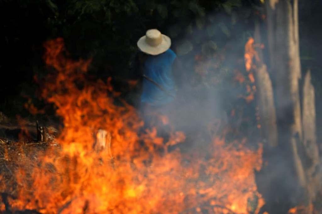 Un granjero camina entre las llamas que afectan a gran parte del Amazonas Fuente: Reuters - Crédito: Bruno Kelly