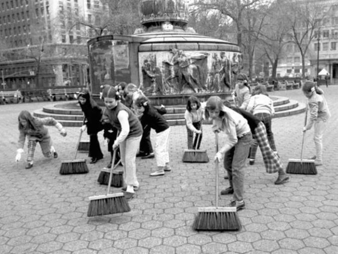 Los estudiantes del Convento de la Escuela del Sagrado Corazón, en Nueva York estuvieron barriendo la ciudad hasta Union Square como parte de las actividades del primer Día de la Tierra el 22 de abril de 1970.