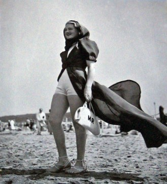 source: www.retronaut.com/2013/02/deauville-beach-fashion/