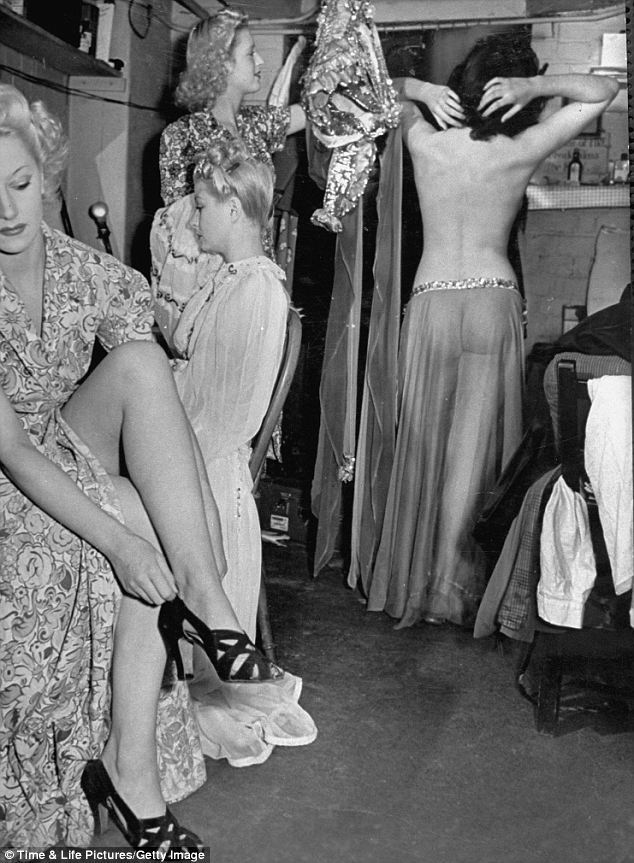 maudelynn:</p> <p>Showgirls backstage at the Windmill Theatre c.1942.<br /> via http://entrehilosycuerdas.blogspot.com</p> <p>Vintage backstage beauties. Love the shapely ass through the diaphanous skirt!