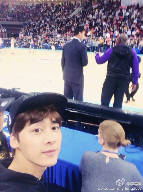 Li Yifeng at a basketball game