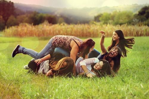 Resultado de imagem para sensação de ciume de amizades