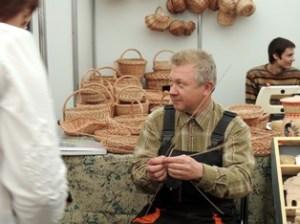 Владимир Качанов проводит мастер класс по плетению из лозы