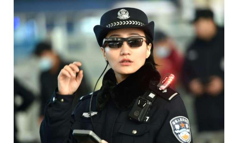 Un oficial de policía chino en Zhengzhou, en la provincia central de Henan, en China, con gafas de sol de alta tecnología que pueden detectar sospechosos en