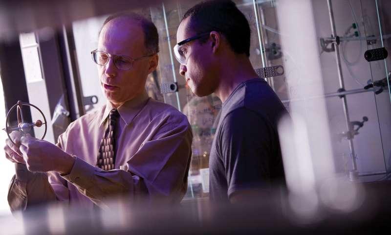 Los químicos logran triple salto molecular sin precedentes con complejos metálicos de anillos múltiples