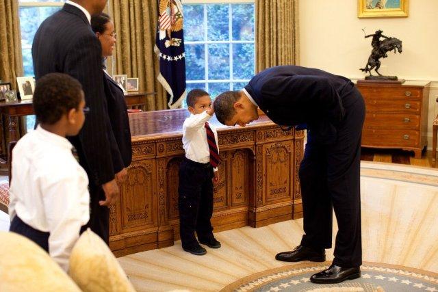 boy-touching-obamas-hair
