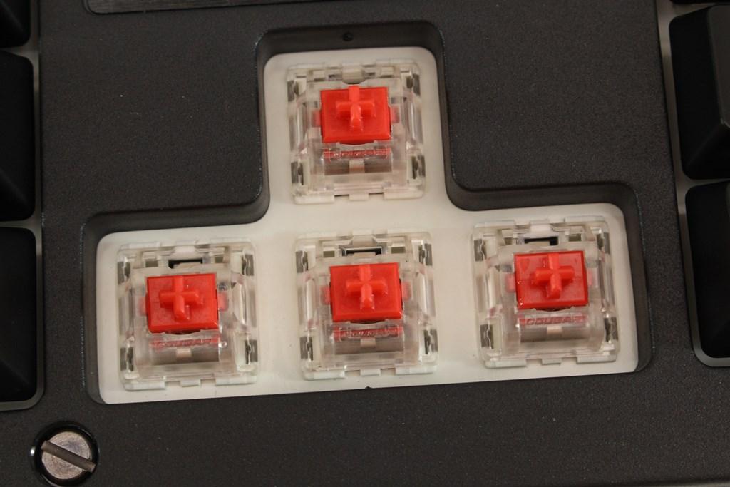 COUGAR PURI RGB機械式電競鍵盤-磁吸式護蓋提供全方位保護,搭配獨家機械軸體,遊戲殺敵輕鬆寫意