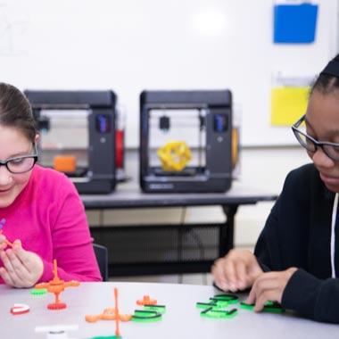 Schülerinnen arbeiten mit MakerBot Sketch