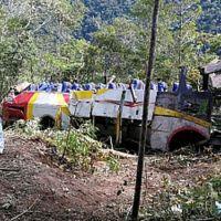Ônibus cai em penhasco de 200 metros de altura e 25 pessoas morrem em La Paz, na Bolívia