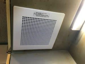 換気扇のカバーのみ交換とLED照明に交換して雰囲気が明るくなる。