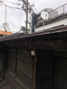 アンテナブースターを雨を避けられる軒下に設置。
