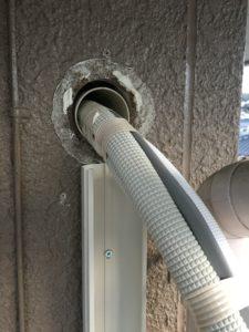 可能な限りエアコン配管用スリーブを使って、気密性の確保を。