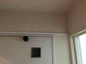 配線を露出させる必要がありますが、壁の色に会ったカバーを取り付けます。