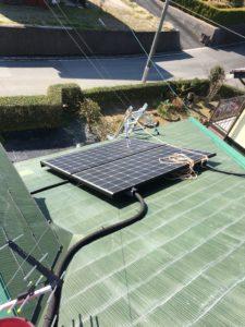 ロープではしごを太陽光発電モジュールに結んで固定
