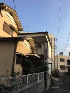 アパートの屋根上には地デジアンテナが確かにある。
