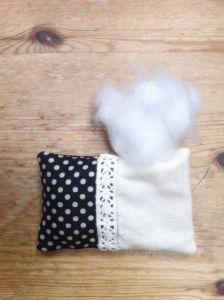 Utiliza relleno de almohada o de cojines. No uses algodón ya que es muy duro.
