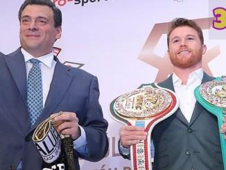 """Mauricio Sulaimán (left) with Saul """"Canelo"""" Alvarez"""