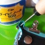 革のコーナー部分に接着剤を塗る