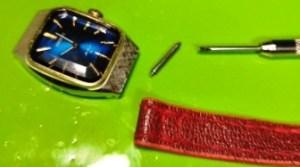 ばね式金具で本体とベルトを固定する