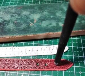 ベルト長さ調節用の穴をあける