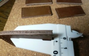 革の厚さを測る