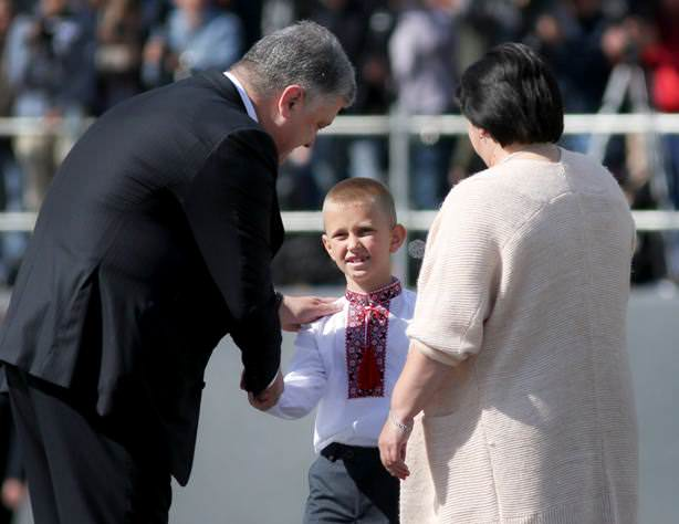 Син капітана Євгена Лоскота отримує нагороду з рук Порошенка
