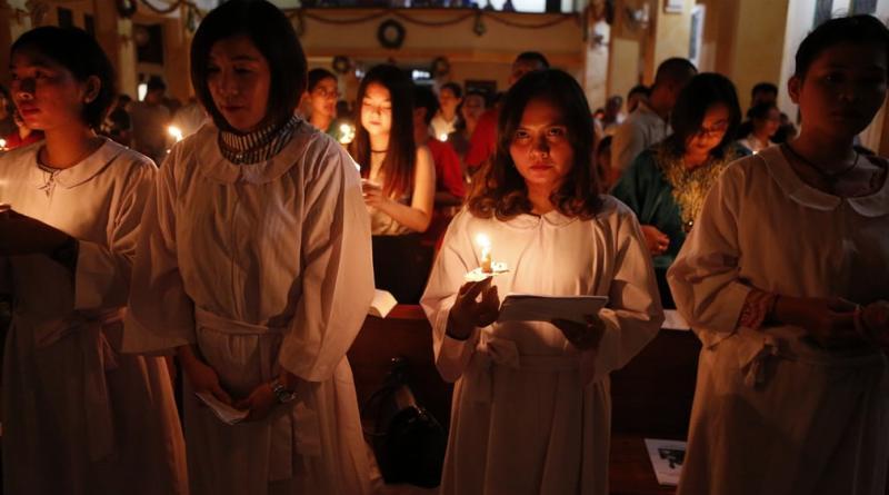 Різдво Христове. Молитва у храмі в Індонезії