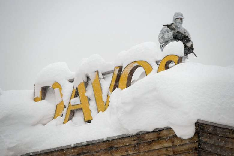 Давос, охоронець на даху готелю