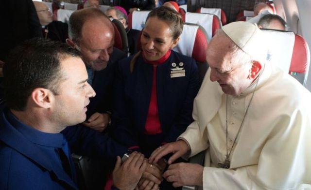 Папа Франциск одружив пару просто на борту літака