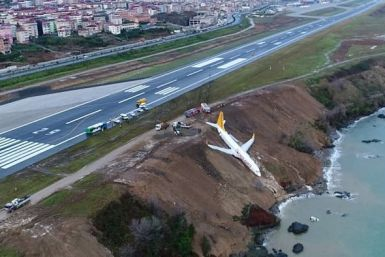 Boeing 737-800 авіакомпанії Pegasus Boeing 737-800 висить на краю обриву
