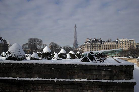 У Парижі через снігопади закрили Ейфелеву вежу