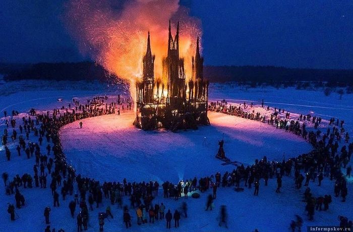 У Росії спалили макет католицького храму