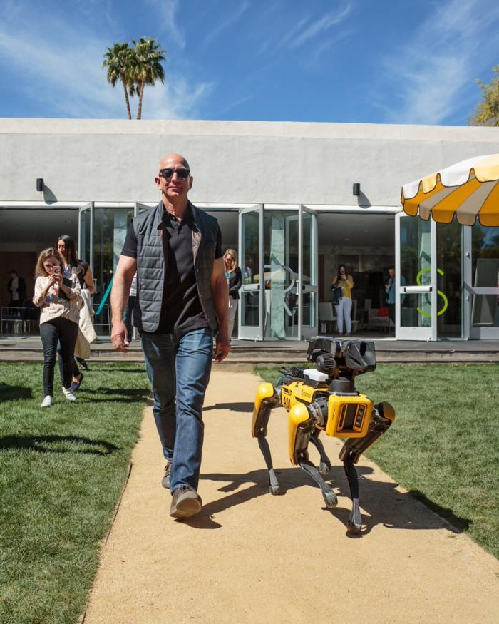 """Власник компанії Amazon Джеффрі Безос зі своїм """"новим собакою"""" на конференції MARS"""