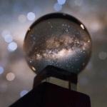 Чудове фото Чумацького Шляху через призму кришталевої кулі