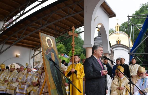 Порошенко про томос: Нам залишається молитися та вірити і боротися