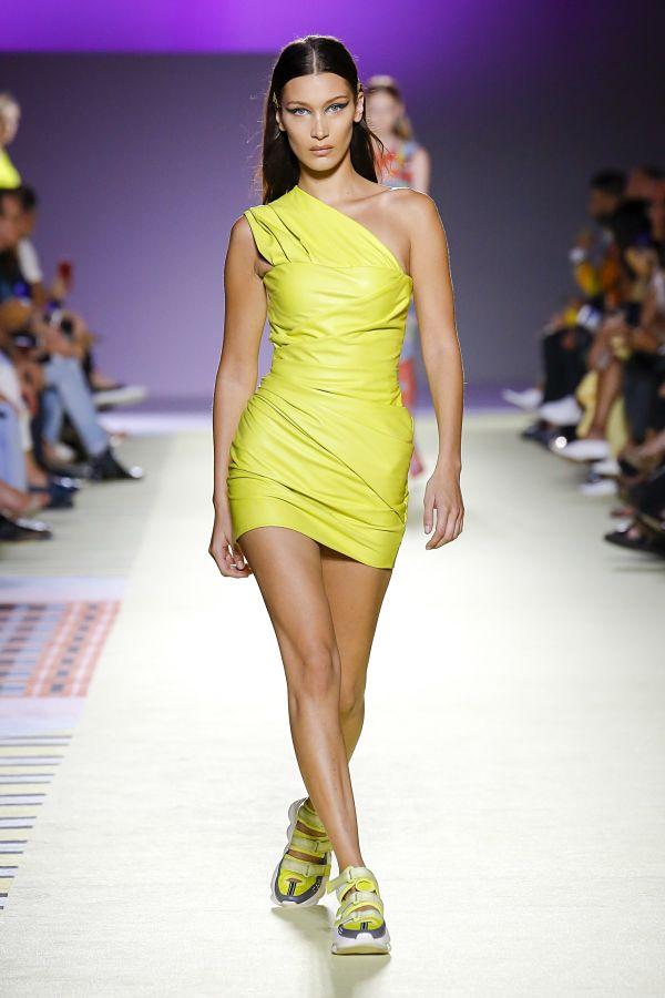 Белла Хадід. Versace. Показ на тижні моди в Мілані