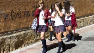 Шкільна форма дівчаток провокує сексуальні домагання