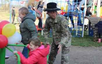 Вояки США будують дитячі майданчики. Росіяни – вбивають дитинство
