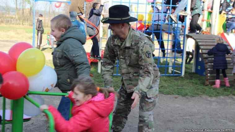 Американські гвардійці на дитячому майданчику