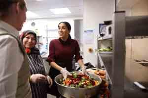 Меган Маркл на громадській кухні
