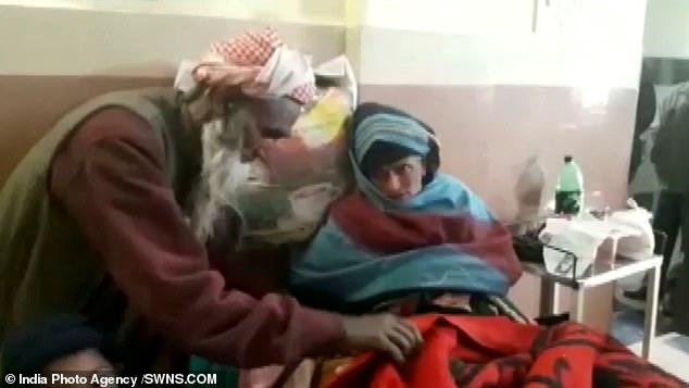 Породіля здитиною і чоловіком в лікарні