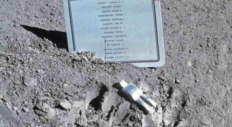 Пам'ятник загиблим астронавтам на Місяці
