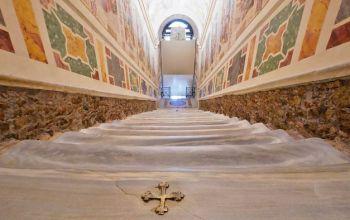 Святі сходи, якими ступав Христос, відкрито для огляду в Римі