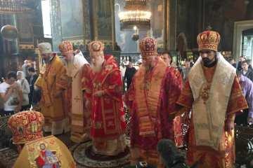 Патріарх Філарет і четверо із запрошених на службі у Володимирському соборі Києва